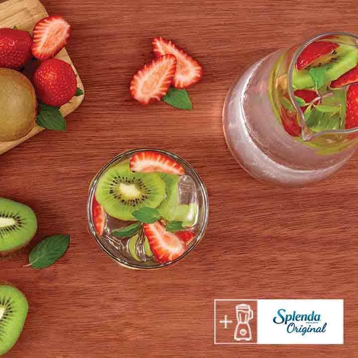 Prepara agua fresca de fresa con kiwi